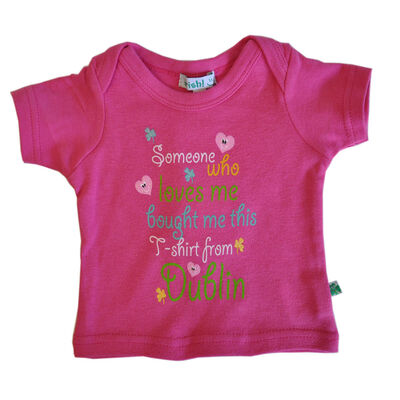 Someone Loves Me Baby T-Shirt  rosa