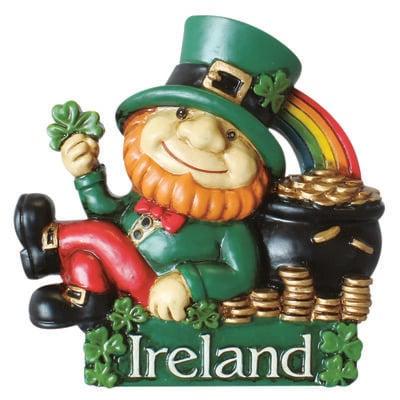 Magnet mit irischem Kobold  der sich an seinen Topf voller Gold anlehnt und unter einem Regenbogen liegt