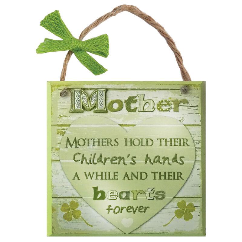 """Rustikale Irland-Holztafel mit Aufschrift """"Mutter"""" und einem grünen Herzen auf weißem Hintergrund"""