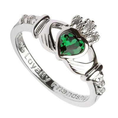 Claddagh-Geburtsstein-Ring aus gepunztem Sterlingsilber mit grünem würfelförmigen Zirkonia-Stein