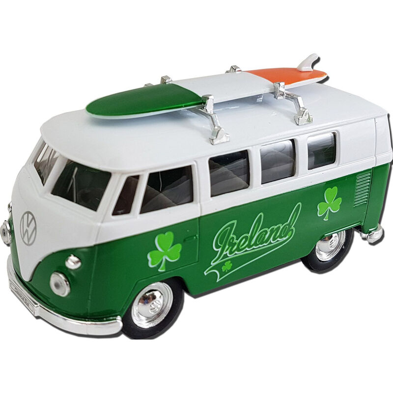 1963 Volkswagen T1 Modellbus mit Irland-Design und Surfbrett auf dem Dach