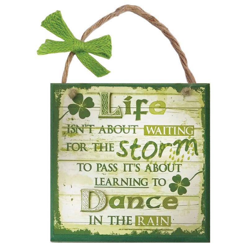 """Rustikale  grün-weiße Irland-Holztafel mit Aufschrift """"Lebenssturm"""""""